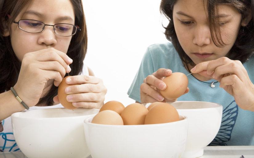 Der Klassiker zu Ostern: Ausblasen und Bemalen von Eiern.
