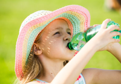 Trinkem im Sommer. Kinderv brauchen Anleitung.