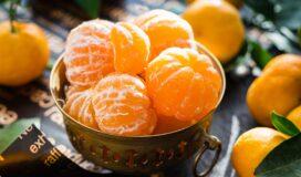 Auf dem Bild ist eine Schale mit geschälten Mandarinen zu sehen.